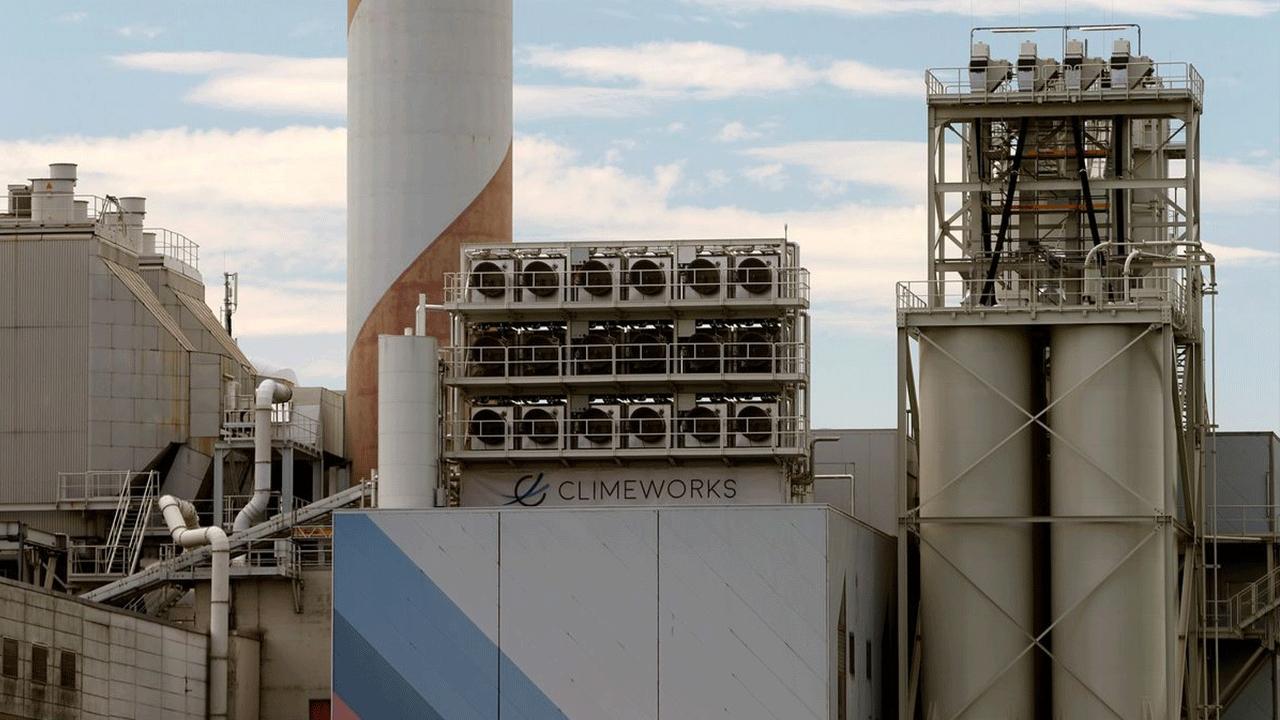 ระหว่างพัฒนาพลังงานสะอาด เราจึงต้องลดปัจจัยโลกร้อนไปพลางๆ ด้วย 'โรงงานดูดคาร์บอนไดออกไซด์' ใหญ่ที่สุดในโลก